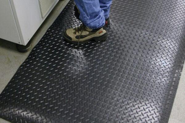 ¿Qué se puede utilizar como una alfombra antiestática en computadora?
