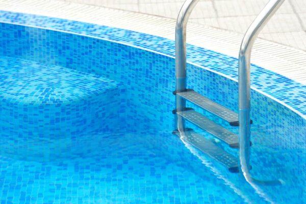 Cómo elegir una escalera o peldaños para una piscina elevada