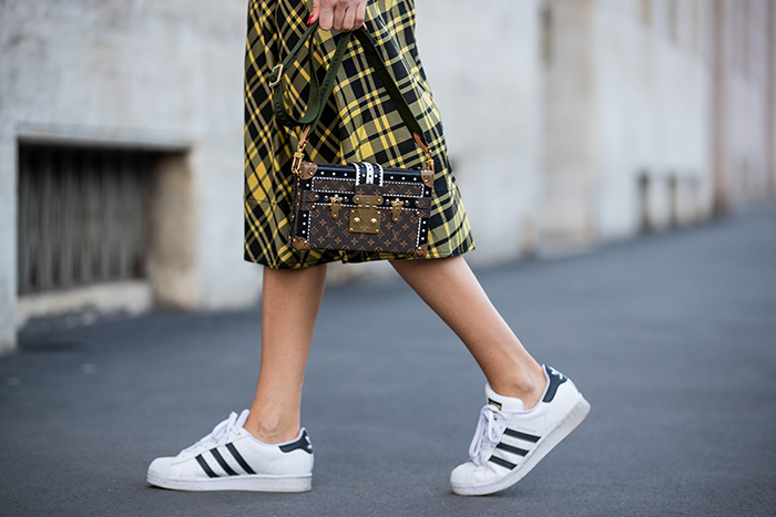 Consejos sobre cómo llevar zapatillas con un vestido